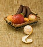 Panier rempli de fruit Images stock