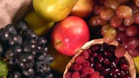 Panier rempli de fruit frais sain assorti banque de vidéos