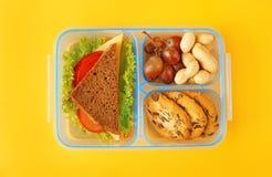Panier-repas avec le dîner sur le fond jaune image libre de droits