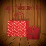 Panier rojo realista del día de San Valentín con el presente en fondo de madera Foto de archivo libre de regalías