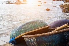 Panier rond de bateau de pêche de panier images libres de droits