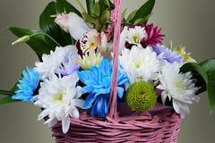panier rose avec des fleurs Photos stock