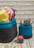 Panier tricoté fait main et serviettes sur les conseils portés blancs images stock