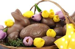 Paniere del cioccolato di Pasqua delle uova e dei conigli di coniglietto Fotografie Stock