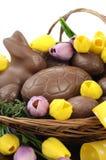 Paniere del cioccolato di Pasqua delle uova e dei conigli di coniglietto immagine stock