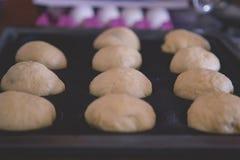 Panieren Sie den geformten Brötchenteig und bereiten Sie für das Backen im Ofen vor Lizenzfreies Stockbild