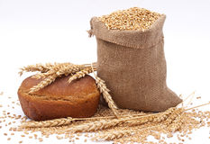 Panieren Sie einen Beutel mit Weizen und dem Ohr stockfotografie