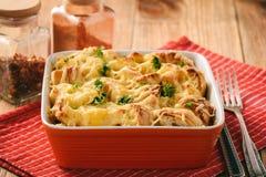 Panieren Sie Kasserolle mit dem Huhn, Spinat, Eiern und Käse, die als Schichten bekannt sind lizenzfreies stockfoto