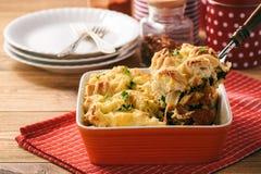 Panieren Sie Kasserolle mit dem Huhn, Spinat, Eiern und Käse, die als Schichten bekannt sind stockbild