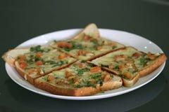 Panieren Sie Pizza Frühstück in einer Platte mit schwarzem Hintergrund Stockbild