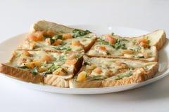 Panieren Sie Pizza Frühstück in einer Platte mit weißem Hintergrund Lizenzfreie Stockfotos