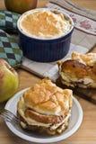 Panieren Sie Pudding mit den tschechischen Äpfeln oder deutscher Art (Zemlovka/Semm Lizenzfreies Stockbild