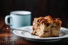 Panieren Sie Pudding mit der Karamellsoße, die mit einer Schale heißem Kakao gedient wird lizenzfreies stockbild