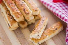 Panieren Sie salzige Grissini-Stöcke mit indischem Sesam und Leinsamen Stockbild