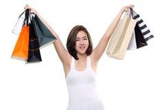 Panieres que se sostienen sonrientes felices asiáticos de la mujer de las compras aislados en el fondo blanco Fotografía de archivo libre de regalías