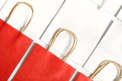 Panieres rojos en el fondo de los bolsos blancos aislados en el fondo blanco Imágenes de archivo libres de regalías