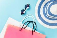 Panieres y gafas de sol con el sombrero Fotografía de archivo libre de regalías