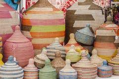 Paniers africains faits main colorés Photographie stock