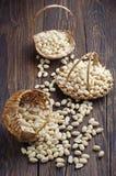 Paniers avec des arachides Photo stock