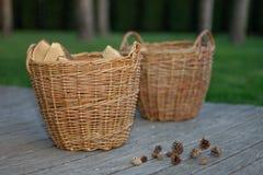 Paniers avec des cônes en bois et de pin sur le fond en bois Photo stock