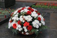 Paniers avec des fleurs au feu éternel commémoratif Pyatigorsk, Russie Photos libres de droits