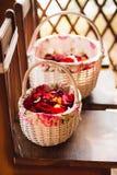 Paniers avec des pétales des roses Images libres de droits