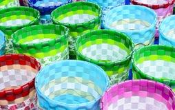 Paniers colorés à un marché en coulisse Photographie stock libre de droits