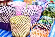 Paniers colorés à un marché en coulisse Photo libre de droits