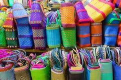 Paniers colorés à vendre sur le marché à Oaxaca Image libre de droits