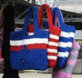 Paniers colorés de crochet sur le marché en plein air, Lithuanie photographie stock