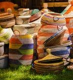 Paniers colorés exposés en vente photographie stock