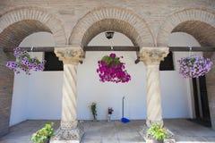 Paniers de fleur dans le passage arqué Images libres de droits