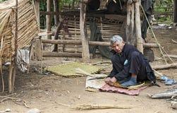 Paniers de tissage d'homme de tribu de côte du Laos Photo stock