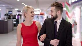 Paniers de transport de beaux jeunes couples affectueux et appr?cier ensemble clips vidéos