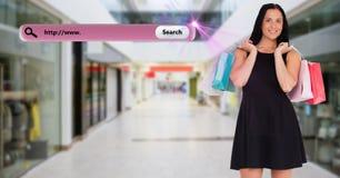 Paniers de transport de femme heureuse à un centre commercial Photos stock