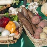Paniers des fruits et légumes au soleil Photos libres de droits