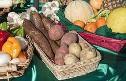 Paniers des fruits et légumes au soleil Image libre de droits