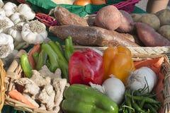 Paniers des fruits et légumes au soleil Photo stock
