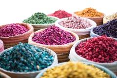Paniers des herbes et du pot-pourri colorés à un souk à Marrakech, Maroc photo stock