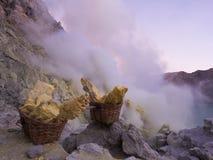 Paniers du soufre, Mt Ijen, Indonésie Image stock