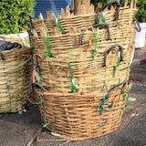 Paniers en bambou grunges de déchets Photo stock