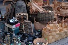Paniers en bois sur le marché avec d'autres antiquités Images stock