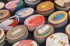 Paniers en osier africains colorés dans une rangée Photo stock
