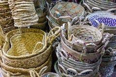 Paniers en osier avec les modèles colorés sur le marché oriental photo libre de droits