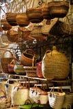 Paniers en osier dans la stalle du marché Images stock