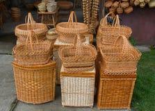 Paniers en osier de vintage accrochant sur le marché Photographie stock libre de droits