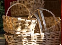 Paniers en osier fabriqués à la main en vente au marché Image stock