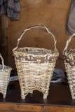 Paniers en osier vides à vendre image stock