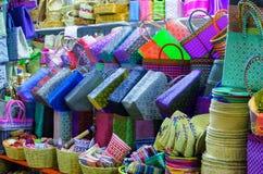 Paniers en plastique colorés à vendre à Oaxaca Image stock