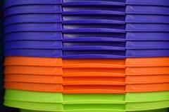 Paniers en plastique colorés pour des femmes au foyer dans le magasin photos libres de droits